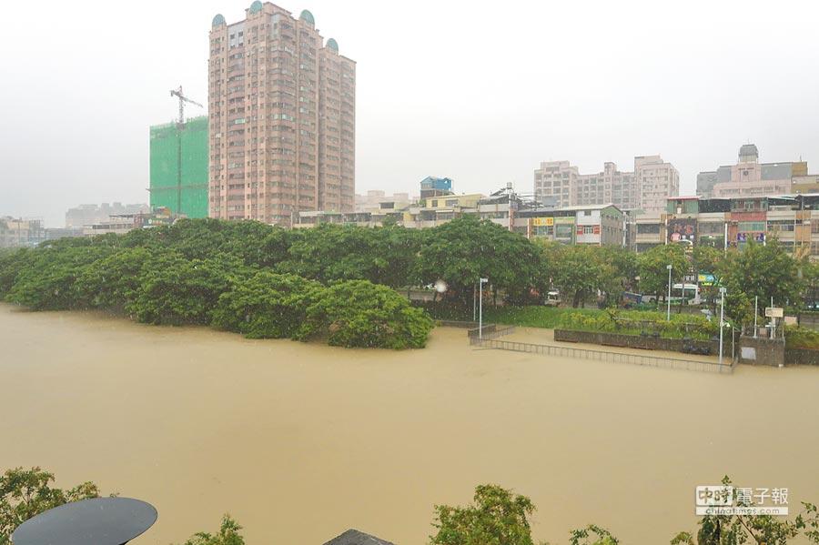 高雄降雨劇烈,連滯洪池也滿溢無法再蓄洪。圖為渤溢的寶業里滯洪池已失能。(中央社)