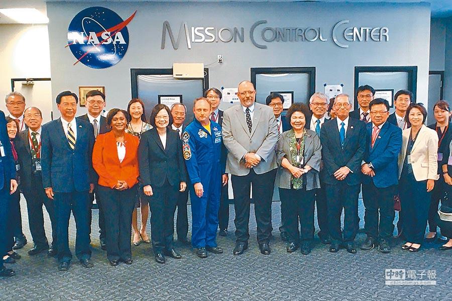 8月19日,蔡英文總統(前左三)訪美國國家航空暨太空總署(NASA),這是我總統首度造訪美官方機構。(代表團提供)