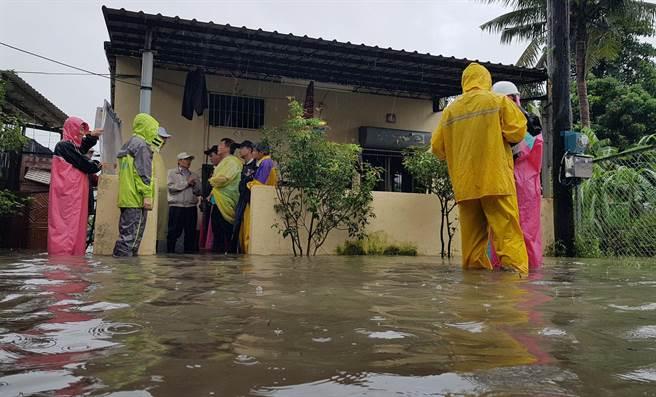 高雄29日持續大雨導致大寮鳳林三路344巷內民宅依然淹水,已第3天水仍淹至小腿,高雄代理市長許立明前往現場察看災情。(王錦河攝)