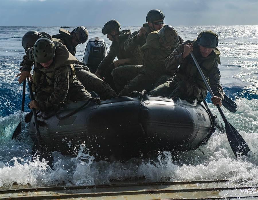 美國海軍陸戰隊成員8月20日在菲律賓海進行兩棲綜合作戰訓練的畫面。(美國海軍)