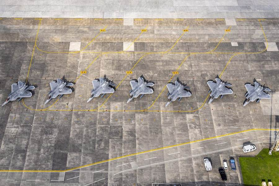 8架美國空軍F-22戰機7月9日因為躲避颱風侵襲,從嘉手納空軍基地改停至橫田空軍基地。(美國空軍)