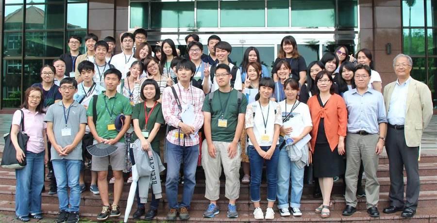 日本帝京大學師生不畏南台灣豪雨依約拜訪義守大學,受到熱烈歡迎。(義守大學提供)