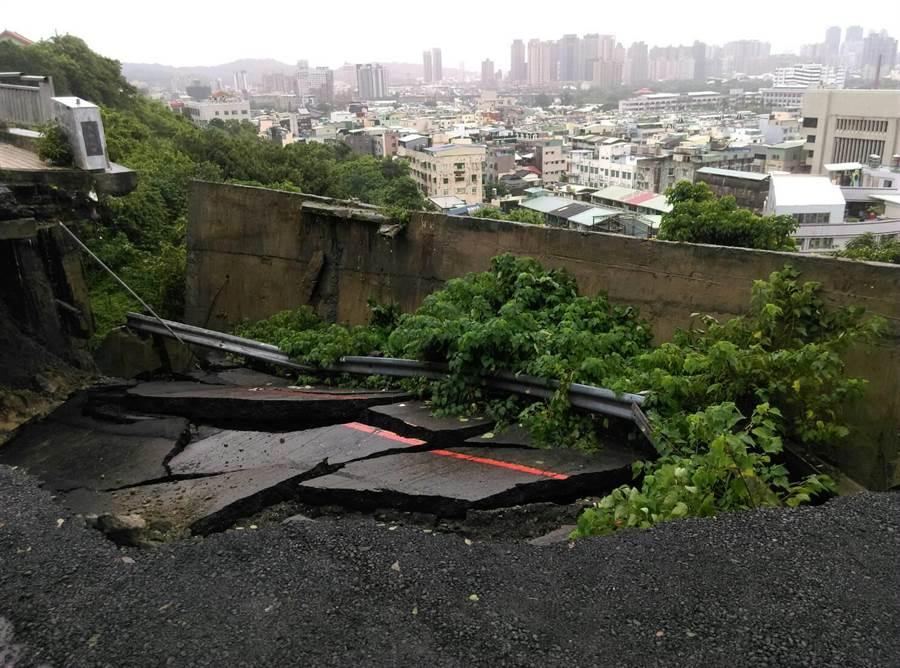 壽山動物園聯外道路萬壽路坍方,園區休園1至2周。(柯宗緯翻攝)