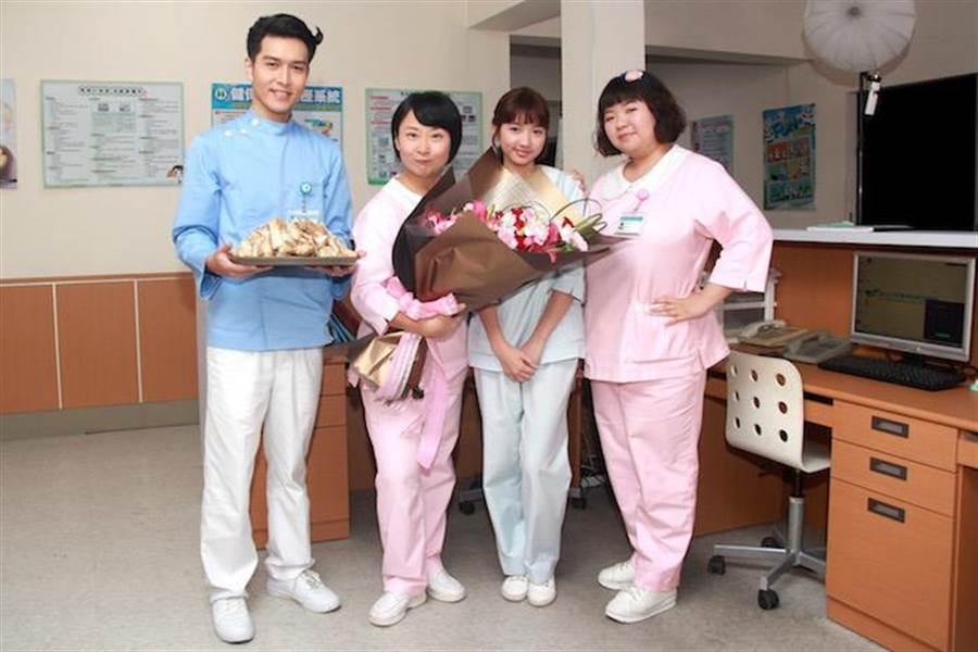 劉宸皜(左起)、廖怡裬、林玉書、賴曉誼祝賀。(民視提供)