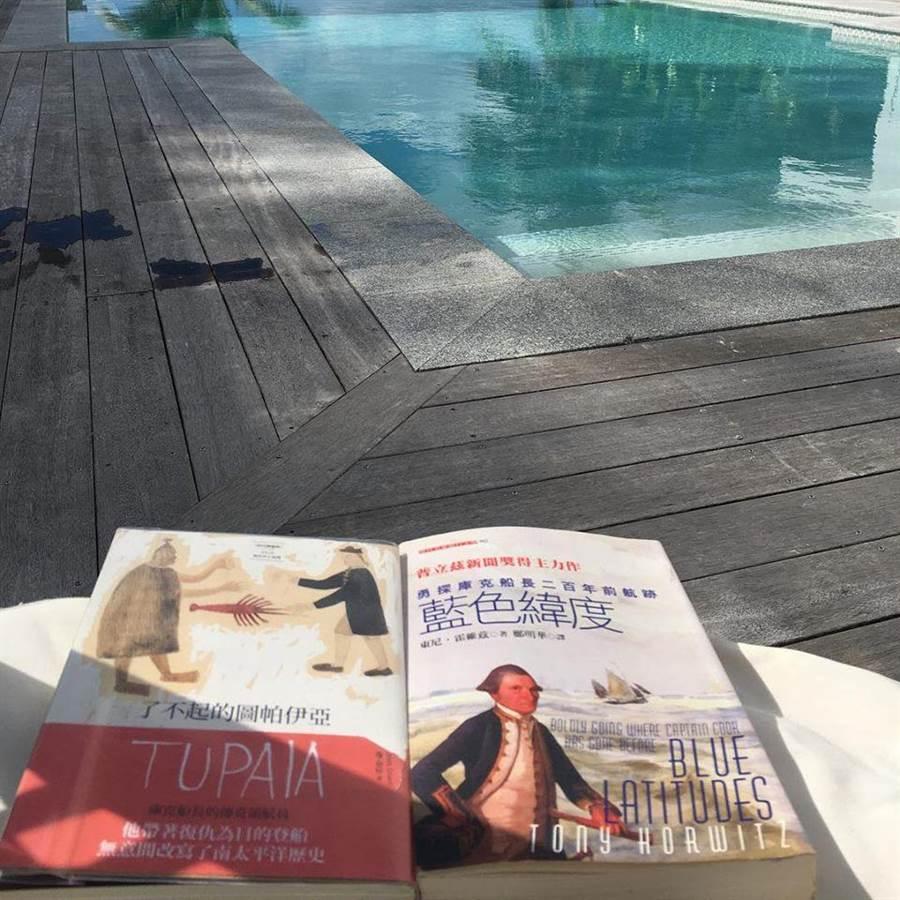 楊偉中臉書貼著前往庫克島旅遊的照片,並留言:「在庫克群島,讀庫克船長,剛剛好。」。(圖/取自楊偉中臉書)