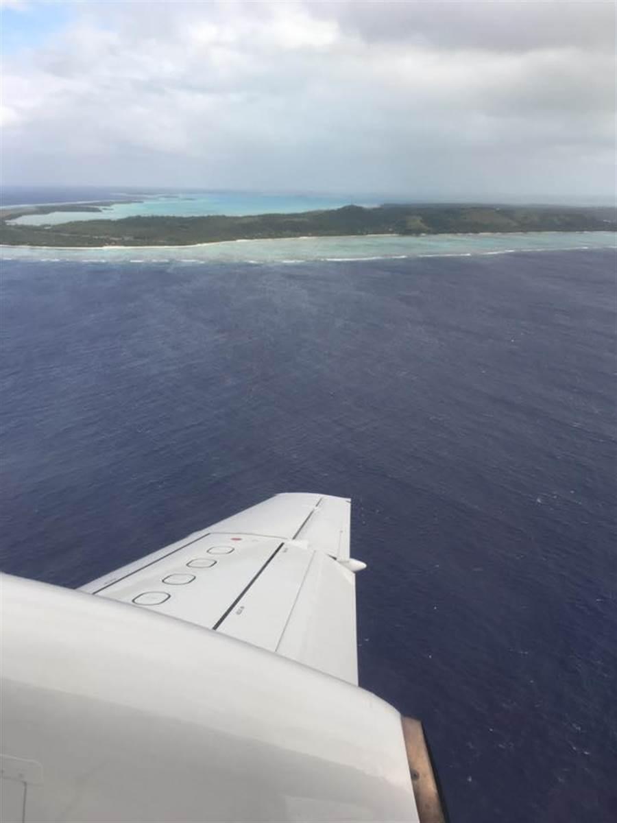楊偉中臉書貼有搭機前往庫克島的照片。(圖/取自楊偉中臉書)