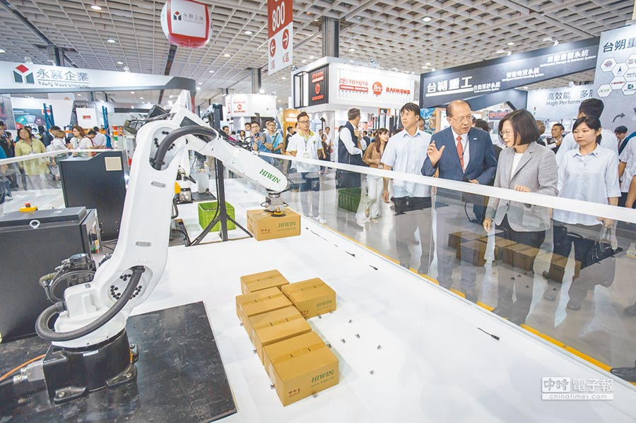 總統蔡英文出席「2018台灣機器人與智慧自動化展覽開幕典禮」。圖/總統府提供
