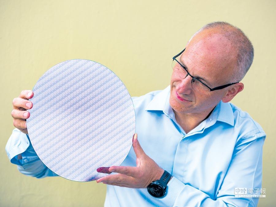 英特爾客戶運算事業群副總裁Ran Senderovitz手持研發代號為Whiskey lake的處理器晶圓,並宣布英特爾第八代Core處理器正式上市。       圖/業者提供、文/涂志豪