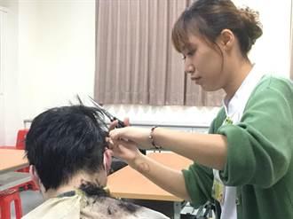 護理師扮演愛的剪刀手 喀擦落髮聲敲開病人心扉