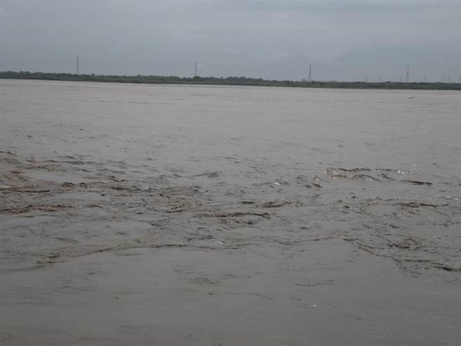 受823豪雨影響,高屏溪河川水質濁度飆升至1萬6千NTU,影響民生用水。(南水局提供)