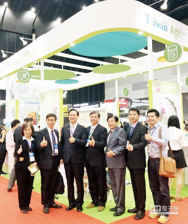 駐泰國台北經濟文化辦事處代表童振源(左三),立法委員鐘佳濱(左二)、農委會幹部與泰國台商聯合總會代表共賀展會成功。圖/農委會提供