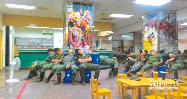 救災官兵們抽空休息時,紛紛累癱。(摘自解讀國軍軍事新聞臉書社團)
