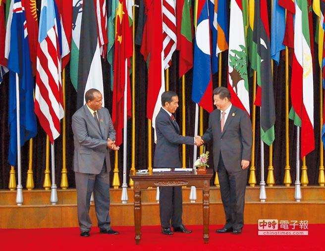台灣非洲最後友邦史瓦帝尼邦交恐怕不保。圖為大陸國家主席習近平(右)與史瓦帝尼國王(左)在印尼簽署《2015萬隆公報》。(新華社)