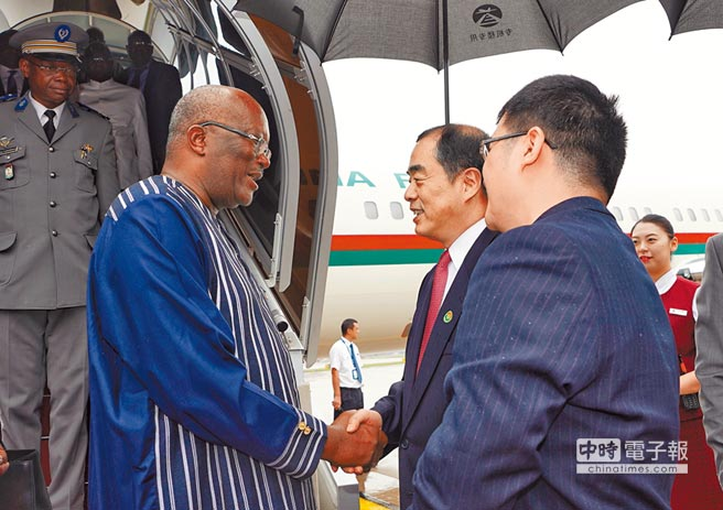 8月30日,布吉納法索總統卡博雷(左)抵達北京,將出席中非合作論壇北京峰會。(新華社)