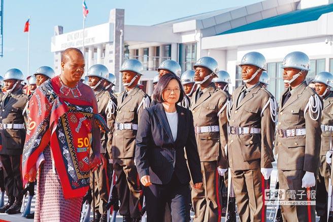 「中非合作論壇」9月在北京登場,我邦交國史瓦帝尼成為大陸亟欲拉攏的對象。圖為蔡英文總統(右)4月時訪問史瓦帝尼。(總統府提供)