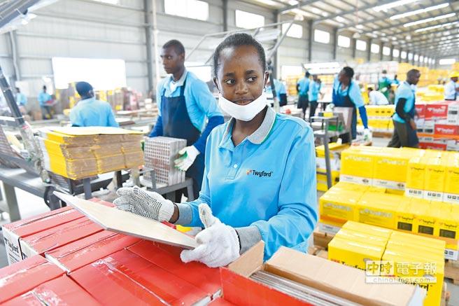 大陸鼓勵企業去非洲投資。圖為在肯亞的一家大陸陶瓷公司,一名工人檢查陶瓷地磚。(新華社)
