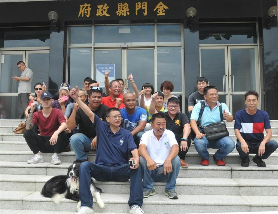 謝宜璋與支持者率性的坐在縣府大門的階梯上,開心的與縣府員工打招呼。(李金生攝)