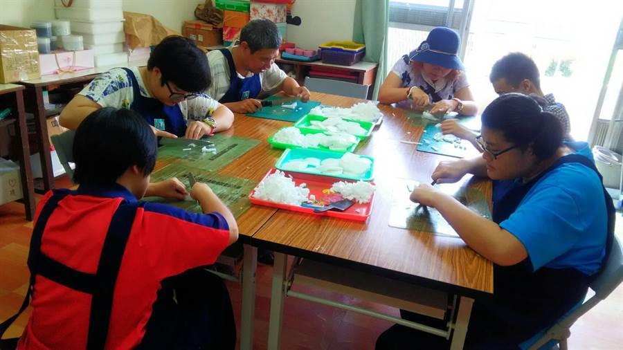 屏東啟智協進會孩童幫忙製作小物。(謝佳潾翻攝)