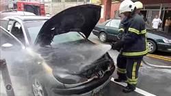 老爺車民代服務處前自燃 一度引起「警」張