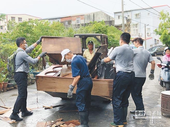 紅十字會昨表示,這次中南部豪雨災害,是以環境善後為主;慈濟也動員逾5000志工赴災區協助。圖為志工協助災戶清理家具。(慈濟基金會提供)