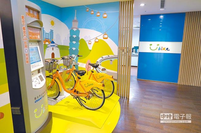 YouBike辦公室內,展示的Kiosk自動服務機(左)和自行車。(記者陳政錄攝)