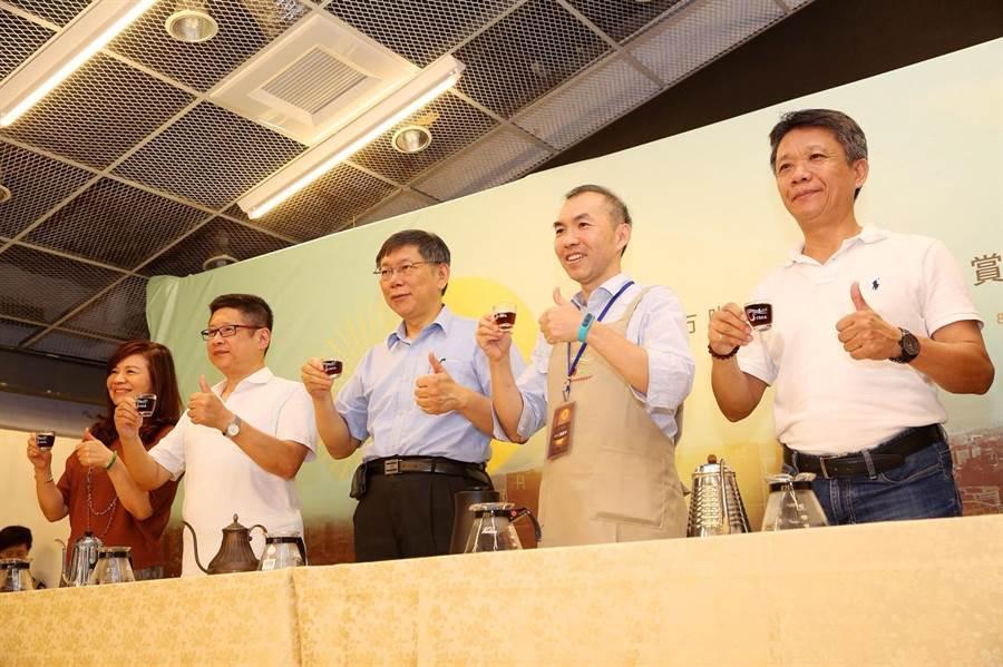 TSCA第一屆金杯獎1日於四四南村舉行決賽,眾家好手齊聚一堂,現場咖啡香四溢。(北市府提供)