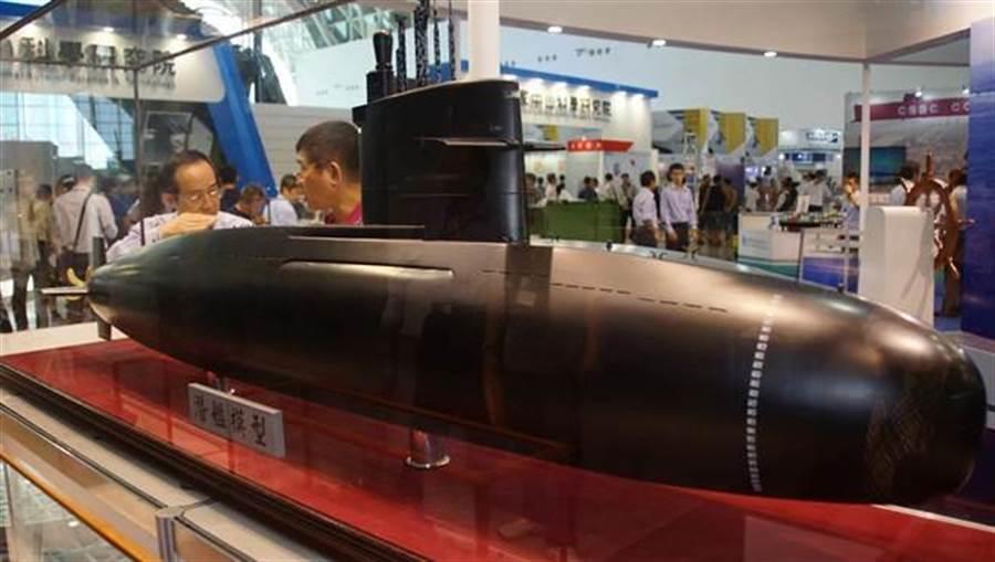 由於政治因素干擾,台灣要打造新柴電潛艦隊,只能靠自己,圖為台船MIT國造潛艦模型。(中央社)