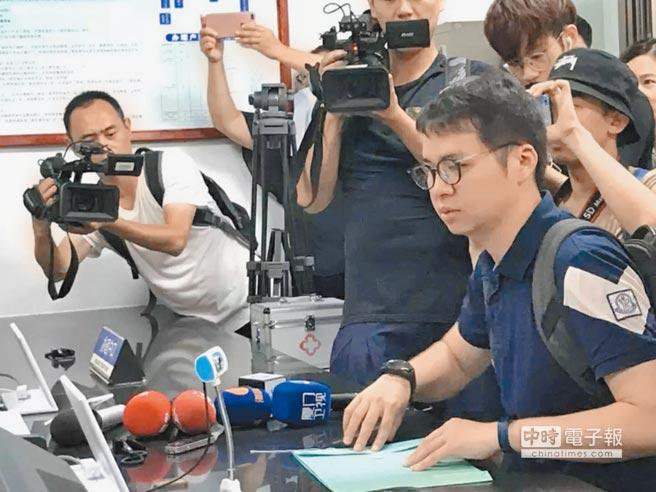 台青鄭博宇1日上午赴北京石景山的公安機關辦理居住證,被媒體團團包圍。(鄭博宇提供)