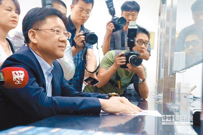 上海台協會長李政宏申辦居住證一早搶頭香,呼籲台胞盡速辦理。(記者吳泓勳攝)