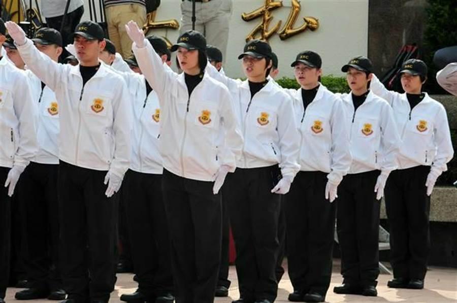 2016年正副總統候選人安全維護編成典禮,國安局特勤人員舉手宣誓。(劉宗龍攝)