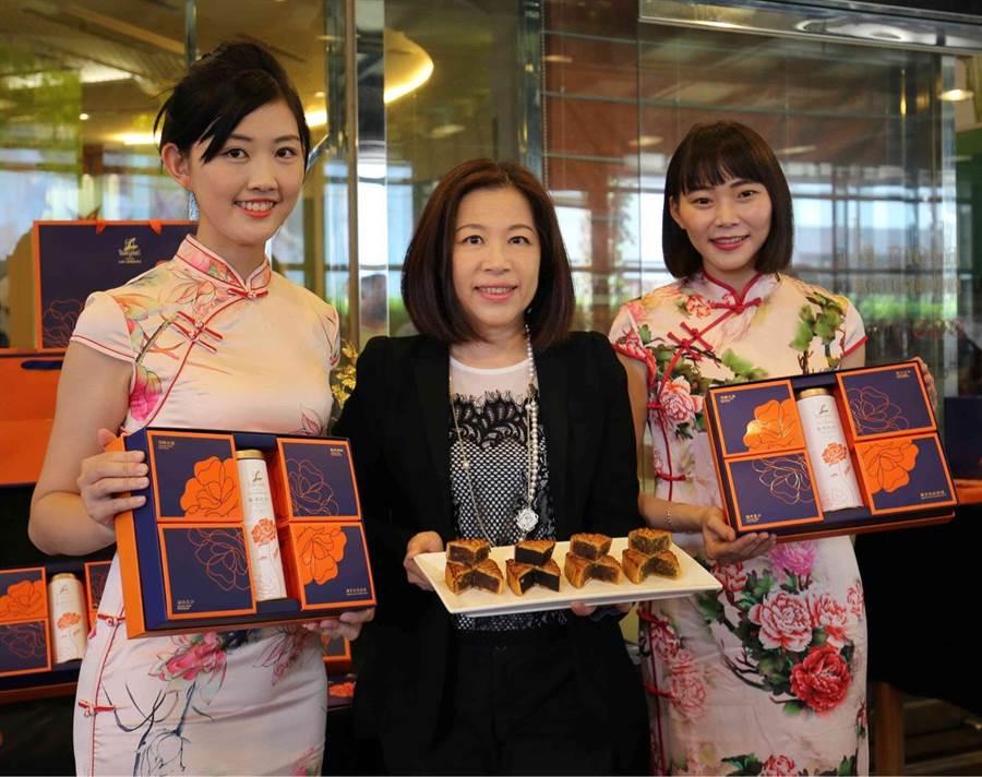 台南市中西區老牌的大億麗緻酒店今年推出的月餅禮盒搭配一罐紅茶,讓民眾吃餅配茶,口味剛剛好。(程炳璋攝)