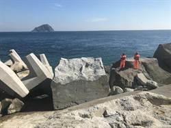 八尺門漁港釣客落海   海巡搜救中