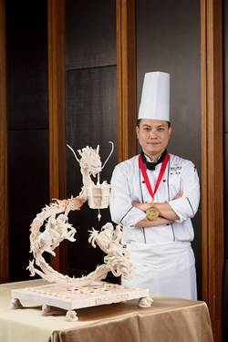 精湛之作! 飯店主廚蔬果雕刻奪金 餐廳同慶送炭烤豬肋排