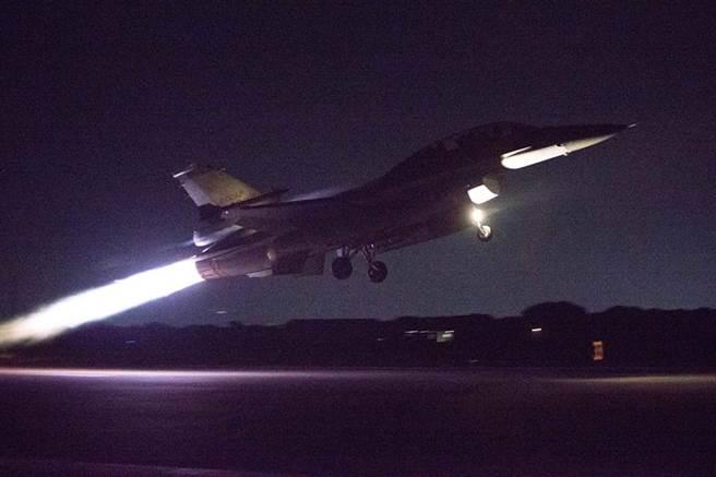 空軍派出2架F-16戰機升空迎接。