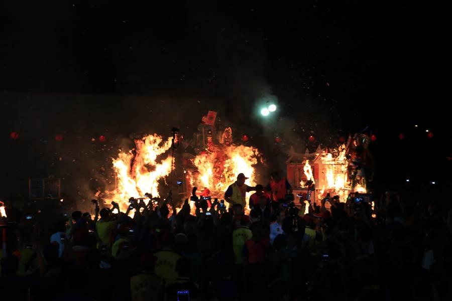 大士爺火化升天,象徵大士爺將眾家好兄弟帶返地府,讓地方恢復平靜。(張亦惠攝)