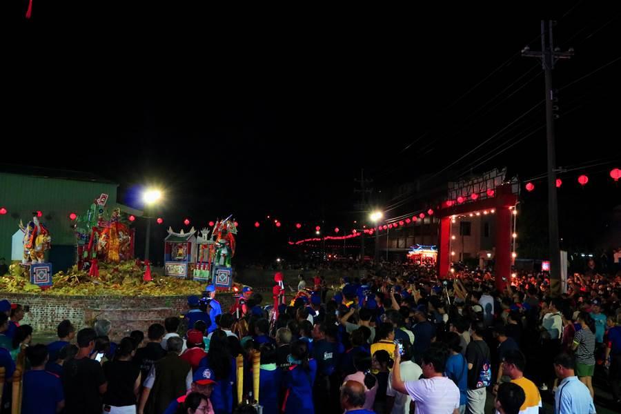 許多信眾在火化場觀看文化祭最高潮「大士爺火化升天」。(張亦惠攝)