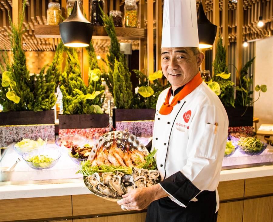 台中日光溫泉度假酒店23日舉辦「大坑秋夜BBQ溫泉音樂祭」,由主廚準備多樣海陸燒烤。(馮惠宜翻攝)