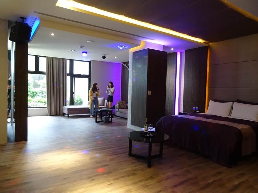 環中路覓玥時尚旅館KTV房從20坪到35坪,相當廣闊,至年底推出6人歡唱專案。(馮惠宜攝)