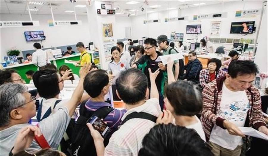 中華電信499方案引發搶辦風潮。(本報系資料照片)