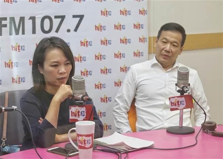 民進黨台北市議員簡舒培(左)、國民黨台北市議員鍾小平(右)接受電台訪問討論第一果菜批發市場改建案。(趙雙傑攝)