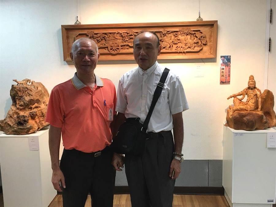 長期做花板雕刻的陳佐民(右)展出花板、佛像。(廖素慧翻攝)