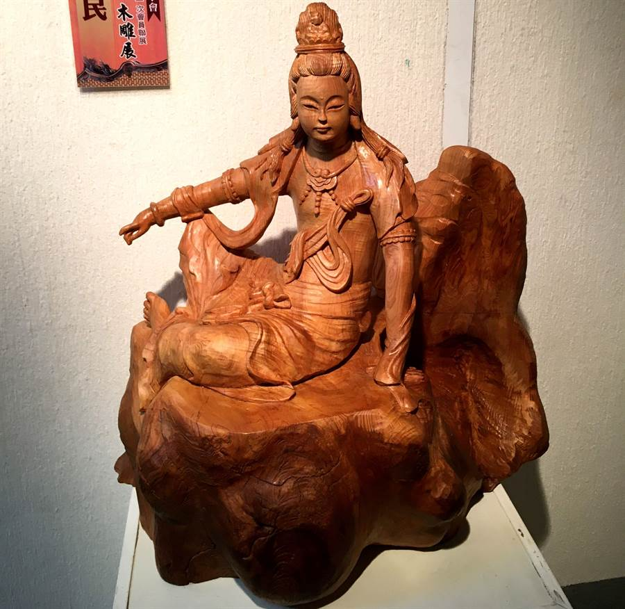 陳佐民雕刻佛像,神情慈穆。(廖素慧攝)