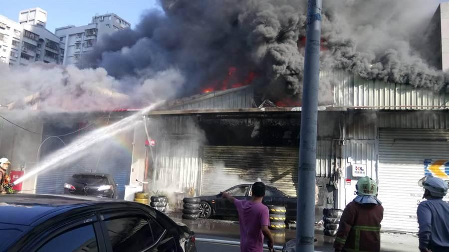 新北市蘆洲區鐵皮屋大火,波及隔壁中古重機維修廠內15輛重機,初估損失破千萬元。(吳岳修翻攝)