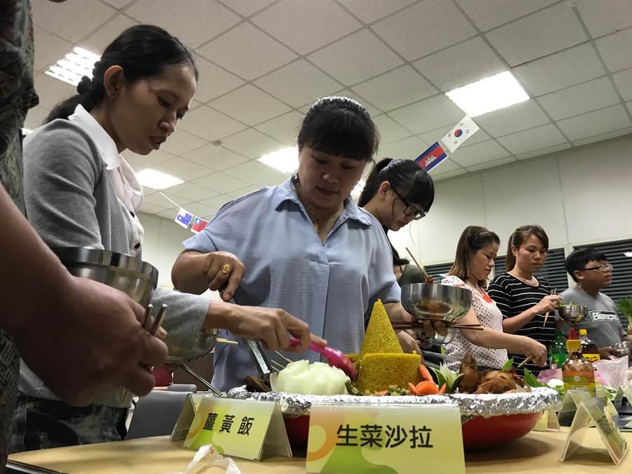 清水戶政所舉辦秋季聯誼活動,異國美食飄香。(陳淑娥翻攝)