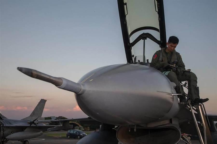 空軍F-16戰機準備升空迎接。