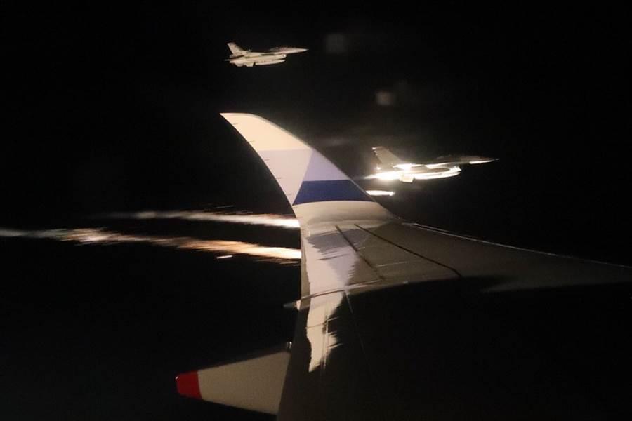 2018雅加達—巨港亞運落幕,中華代表團拿下史上次佳的17金、19銀、31銅,中華代表團成員3日晚間搭機返國,空軍派出F-16戰機升空迎接。中央社記者吳翊寧攝 107年9月3日