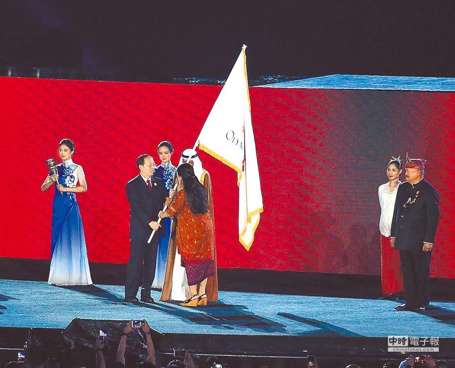 2022年亞運會主辦城市大陸杭州市長徐立毅(左二),從亞洲奧會主席阿罕默德親王手中接下會旗。(杜宜諳攝)