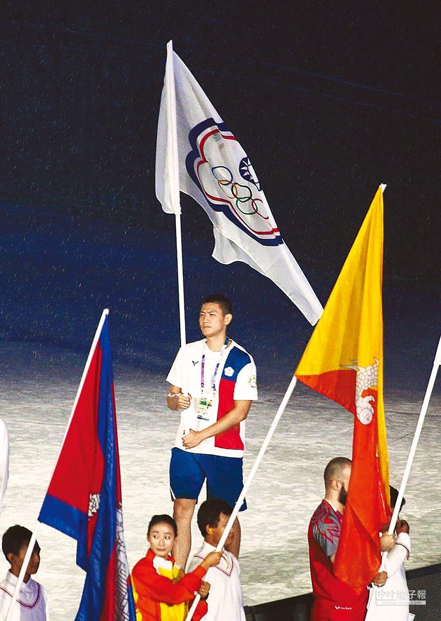 亞運閉幕典禮2日舉行,中華隊由男排隊長陳建禎(中)擔任閉幕式掌旗官。(杜宜諳攝)