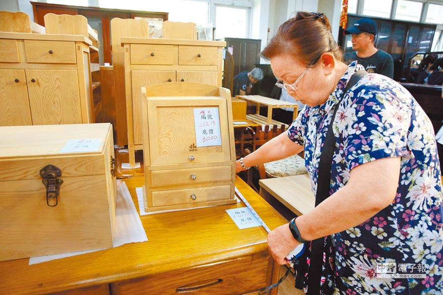 台北市環保局再生家具開學季特賣會2日開跑,民眾仔細丈量尺寸確定符合家中需求。(王英豪攝)
