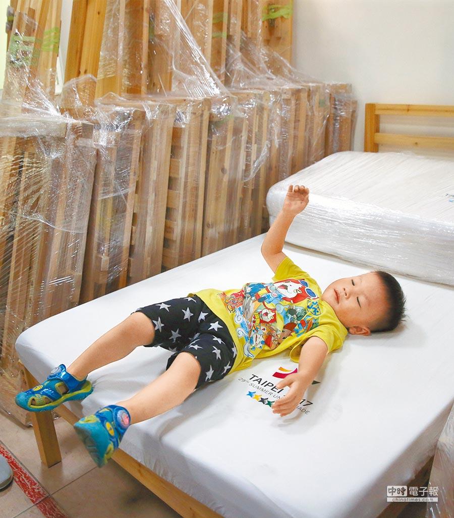 台北市環保局再生家具開學季特賣會2日開跑,現場有特別回收世大運選手村的木床架,經木工師傅巧手修復後改製成實木床架,限量開放民眾選購。(王英豪攝)